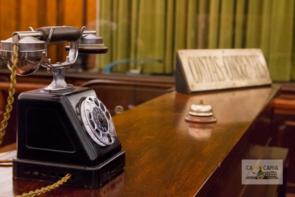 Telefone antigo, mesa escura, placas de metal