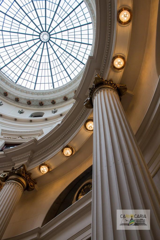 Abóbada, pilastras e lustres, enriquecendo de detalhes o saguão principal