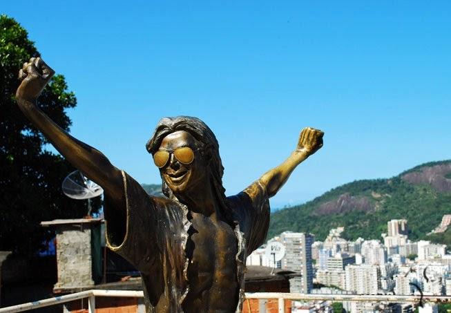 Estátua de bronze de Michael Jackson na Favela Dona Marta