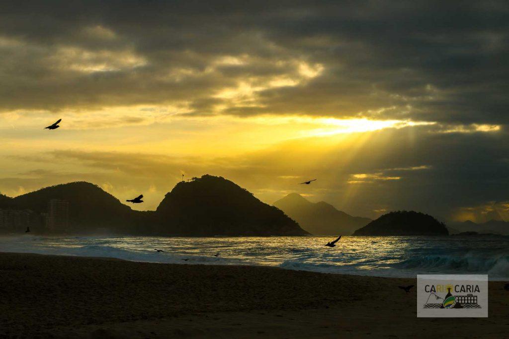 Sol nascendo na Praia de Copacabana
