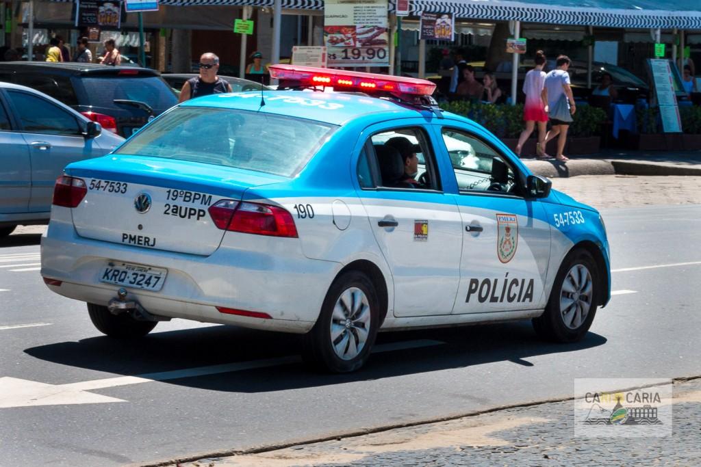 Segurança feita pela viatura da PM - cores azul e branca