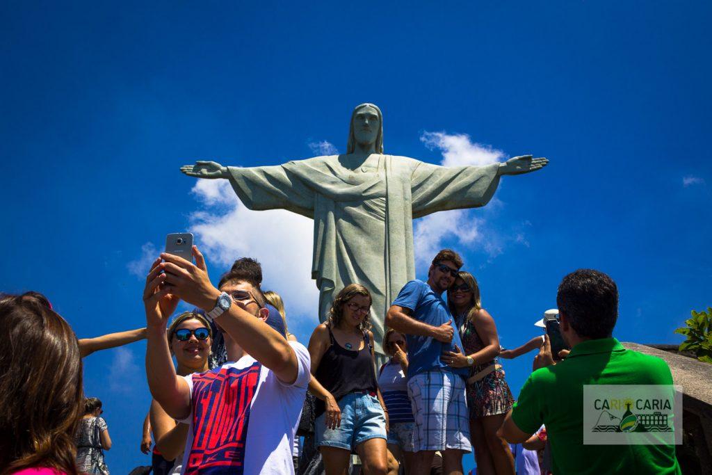 Turistas se aglomeram aos pés da estátua