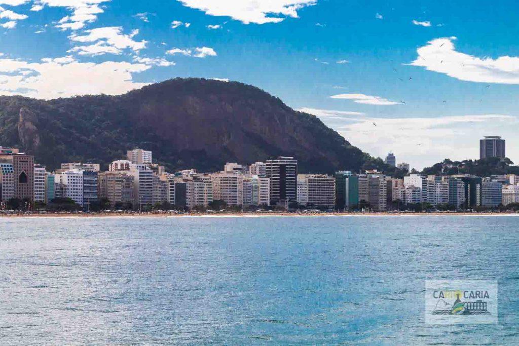 Praia de Copacabana vista de dentro da Confeitaria Colombo.